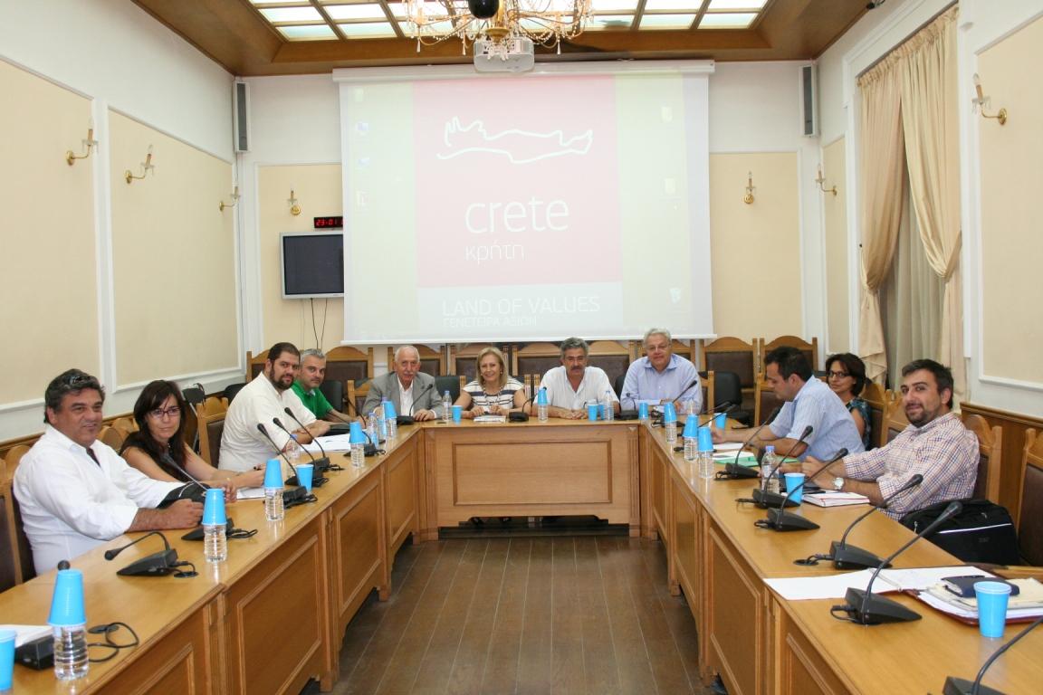 Η αντιπεριφερειάρχης πρωτογενή τομέα  Θεανώ Βρέντζου-Πρόεδρος της 'Αγροδιατροφικής Σύμπραξης'- στη συνάντηση που έγινε στην Περιφέρεια Κρήτης με την συμμετοχή των εκπροσώπων των φορέων πιστοποίησης που συνεργάζονται με την εταιρία.